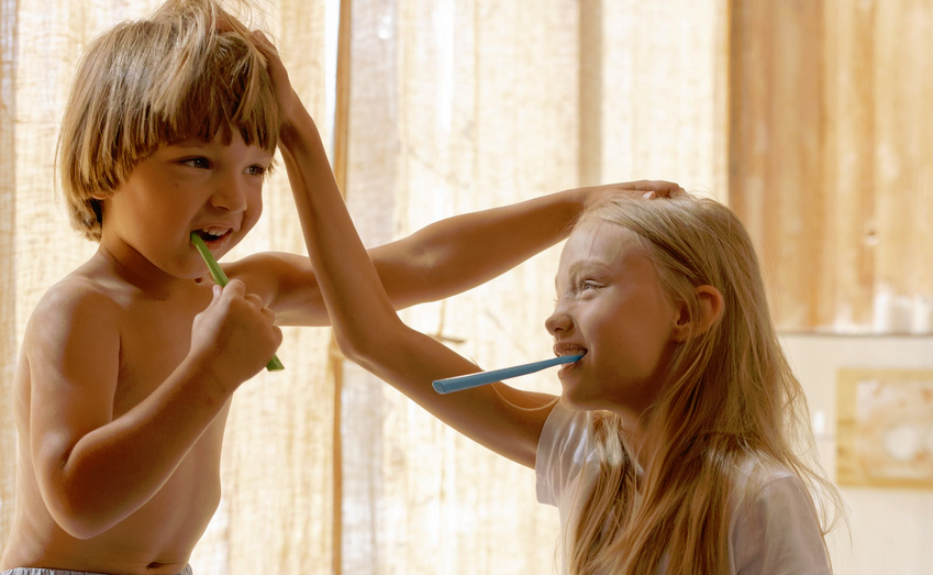děti čištění zubů