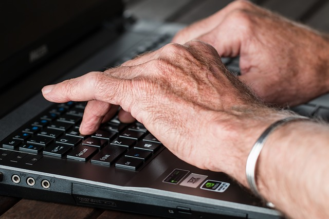staré ruce na klávesnici