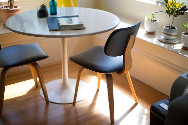 dvě židle u stolku.jpg